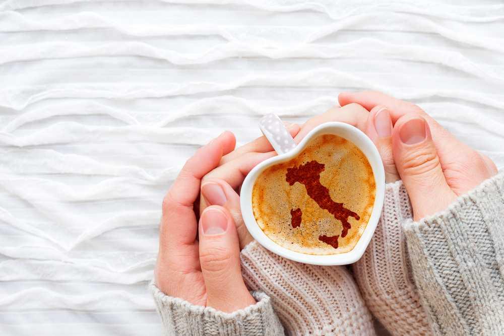 זוג ידיים- קפה- מפת איטליה